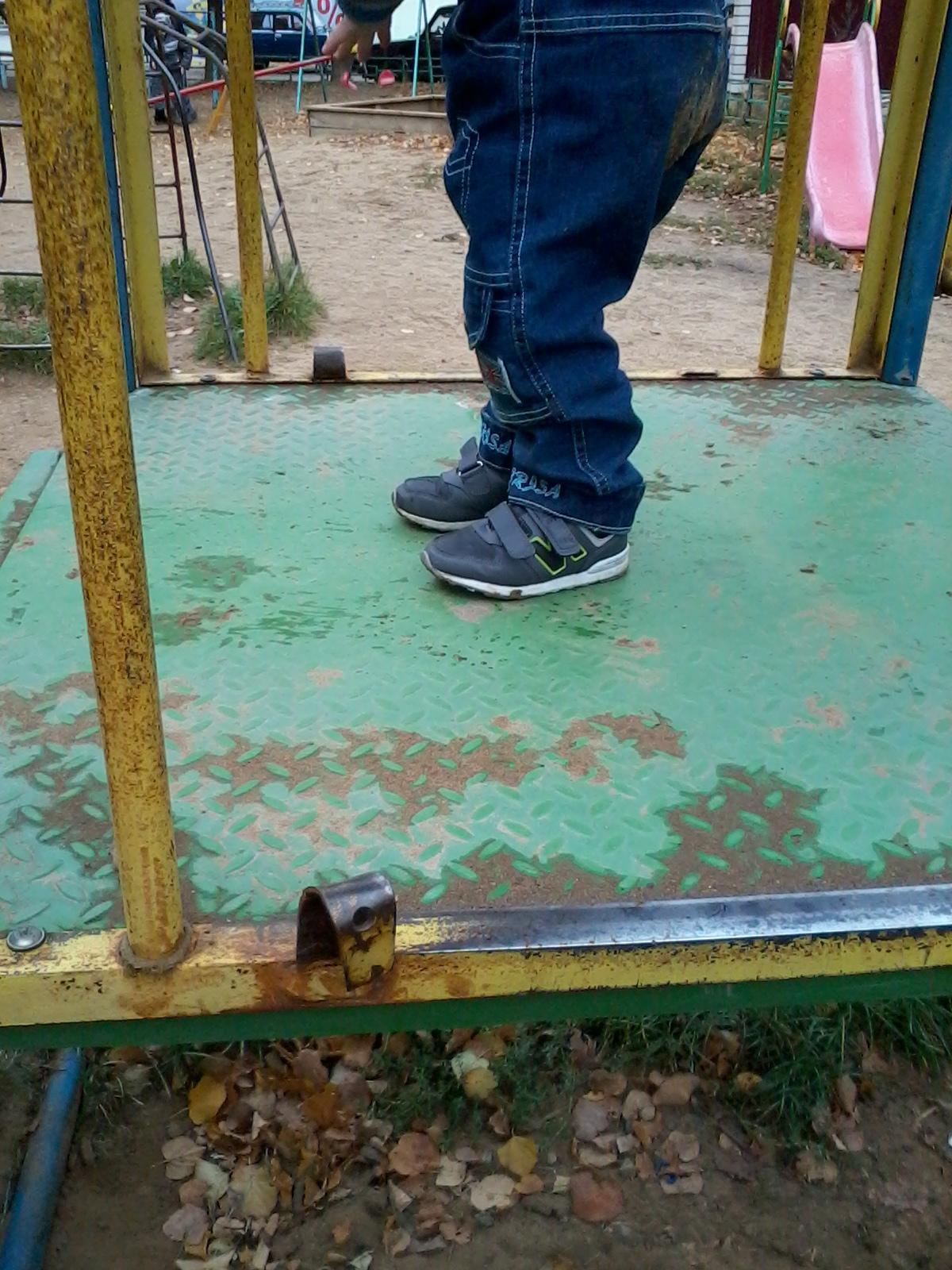 Ограждающие панели выломаны, ребёнок может упасть с полутораметровой высоты