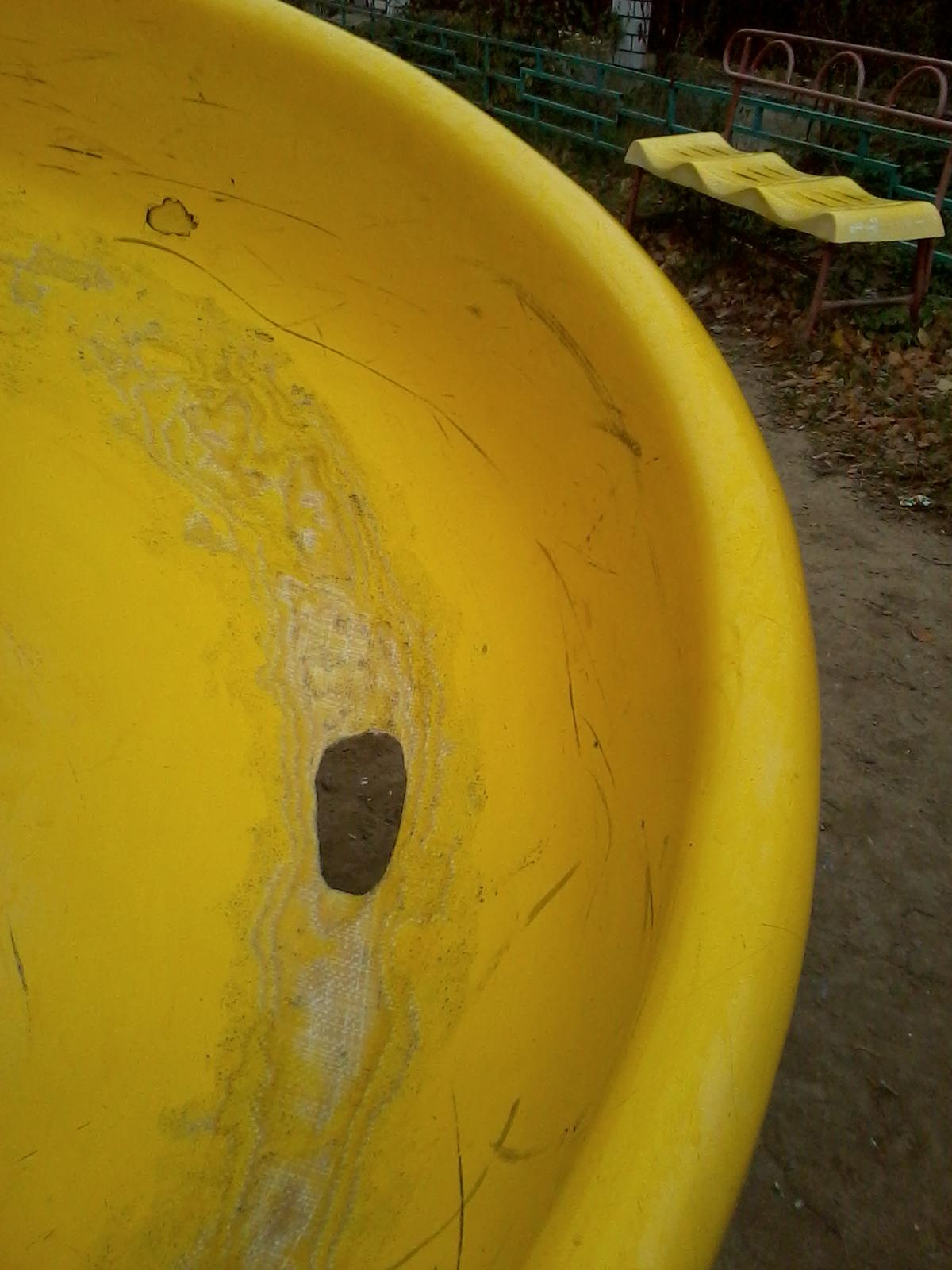 Пластиковые горки затёрты до дыр
