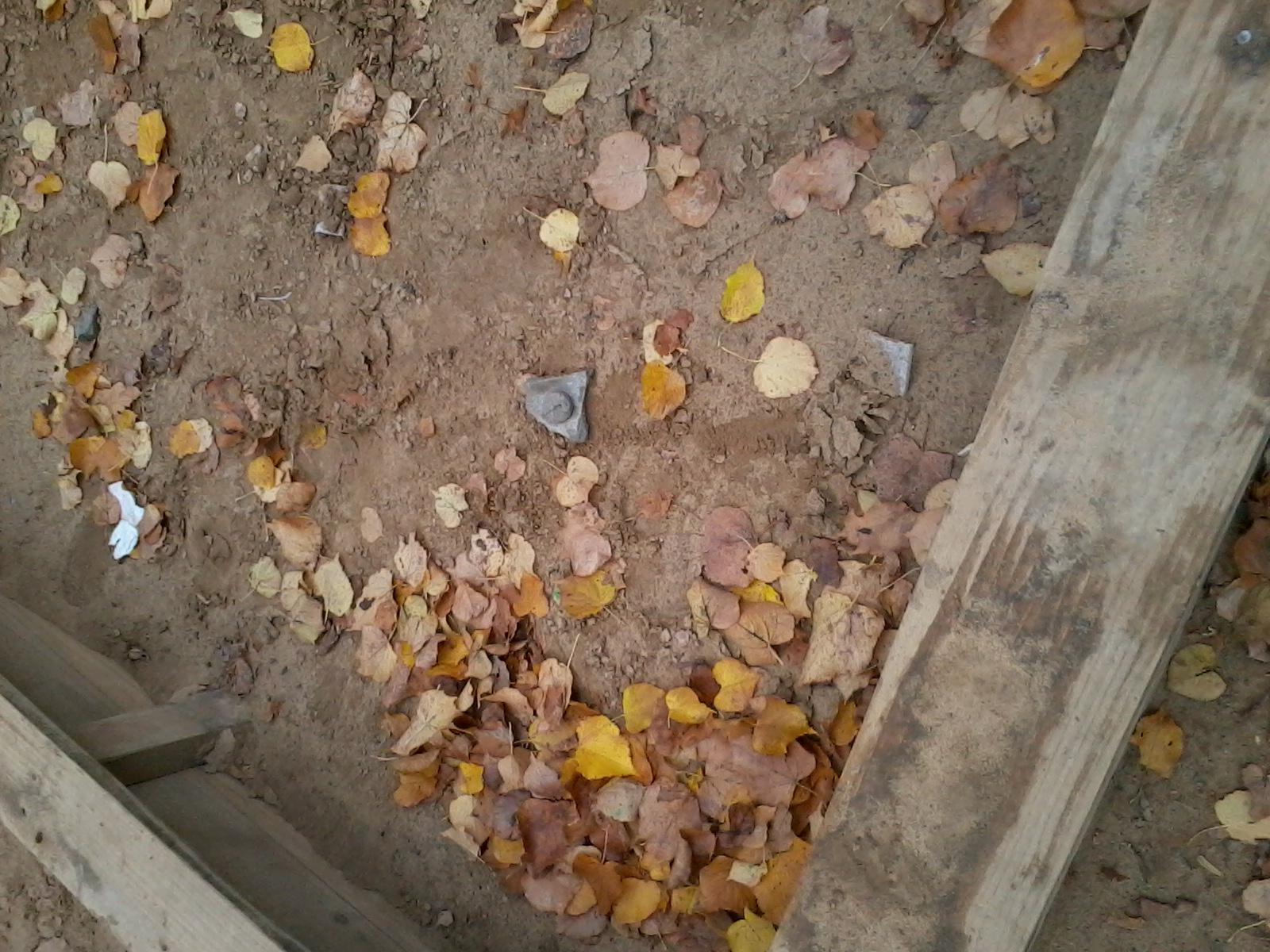 По детской площадке разбросан стороительный мусор
