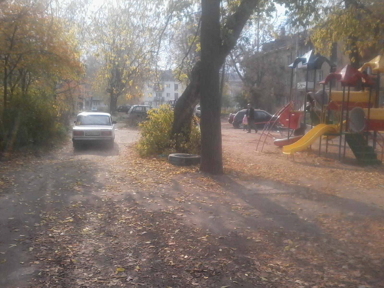 Детская площадка не огорожена от движущихся автомобилей