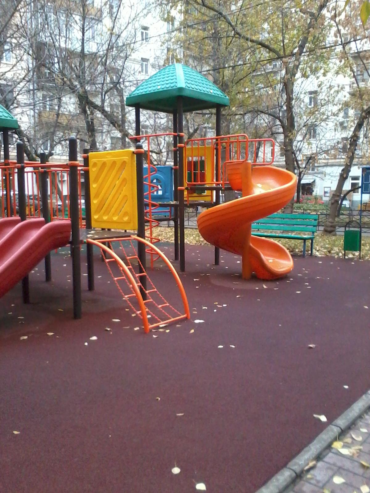 В Москве и других городах детские площадки покрывают резиновым покрытием