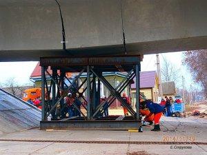 От полного падения мост удержала подпорка. Фото Е. Струковой
