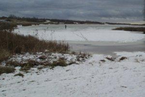 Прежде чем отправиться на зимнюю рыбалку, ознакомьтесь с толщиной льда нужного водоема