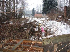 Свалка мусора вблизи мемориала